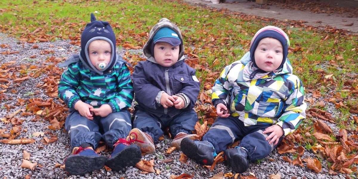 Kinder im Laub