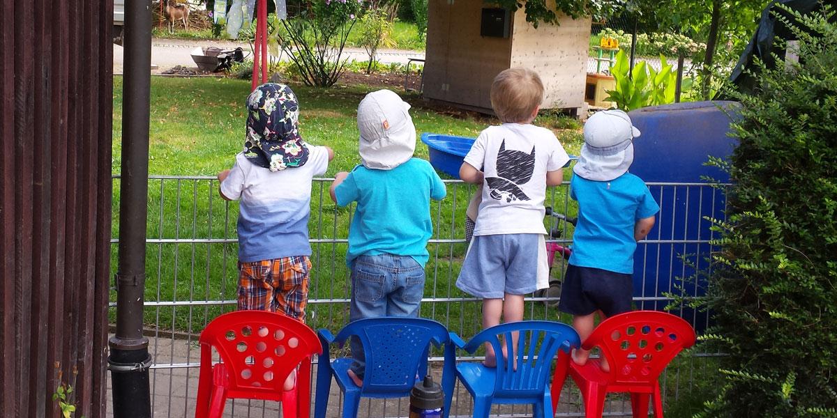 Kinder im Garten von Hinten